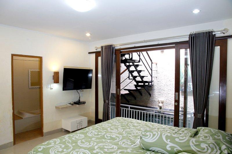 Jimbaran Bali - Cozy 3-Bedroom Villa with Pool (>40% DISCOUNT FOR YEARLY RENTAL), vacation rental in Kuta Selatan