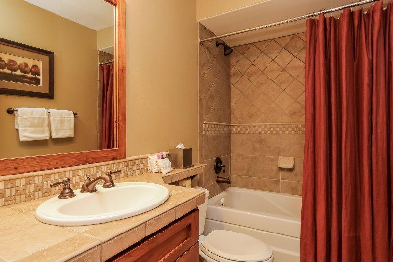 Escalera Chalet 15 - Baño de invitados con ducha / bañera