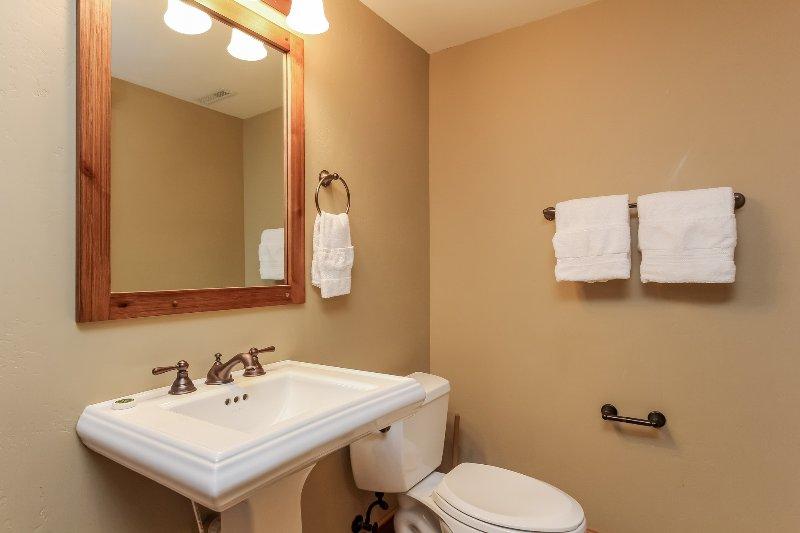 Escalera Chalet 15 - tocador del baño de visitantes