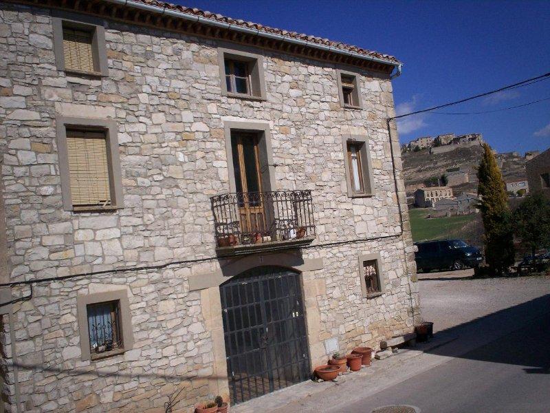 los gruesos muros de piedra de nuestra antigua casa de campo catalán aseguran fresco en verano y en invierno ejempla aislamiento