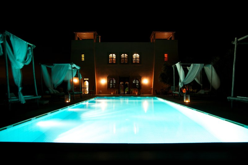Huis en pool by night
