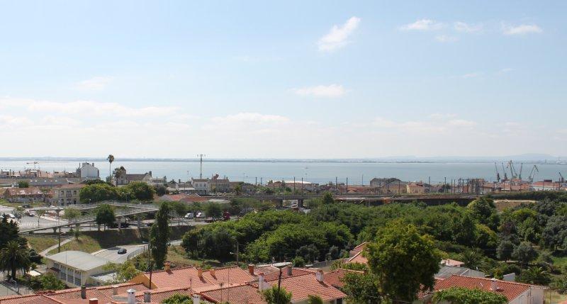 Cozy apart to visit Lisbon, location de vacances à Montijo