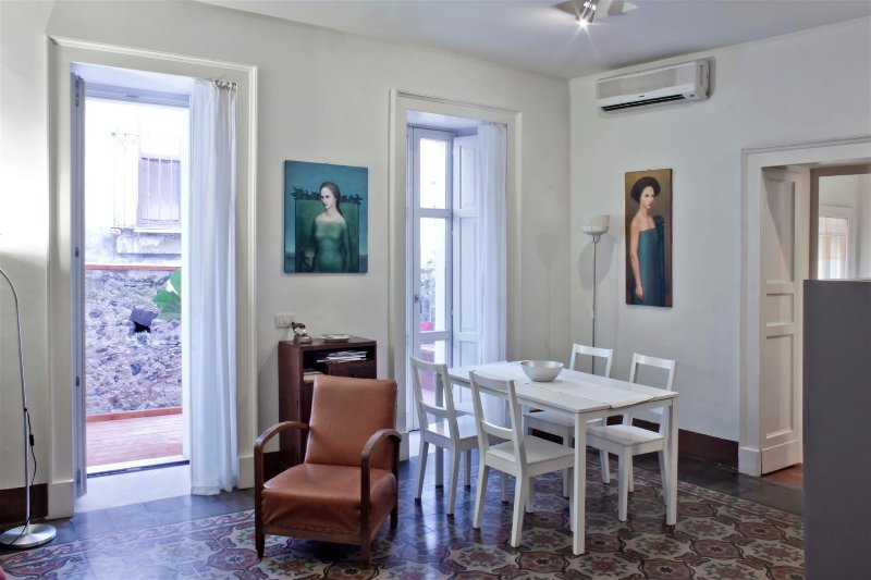 Tre Vie apartment for holiday in historical center, holiday rental in Raddusa