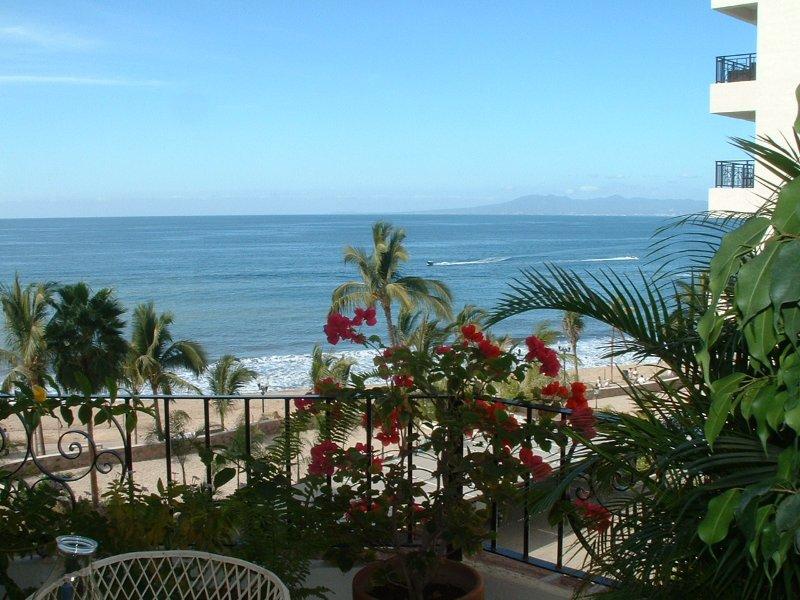 Belle plage 1500 pi.ca. 2 chambres condo / 2 Bath, distance de marche des restaurants et des boutiques.