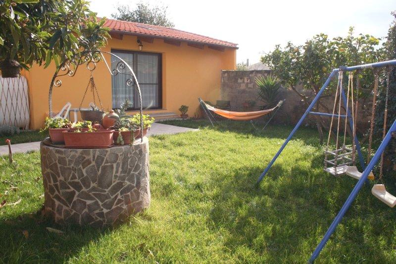 mini alloggio con giardino, holiday rental in Sa Rocca Tunda
