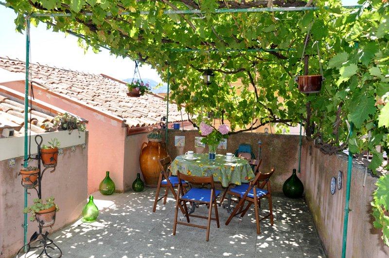 Die Terrasse mit Pergola