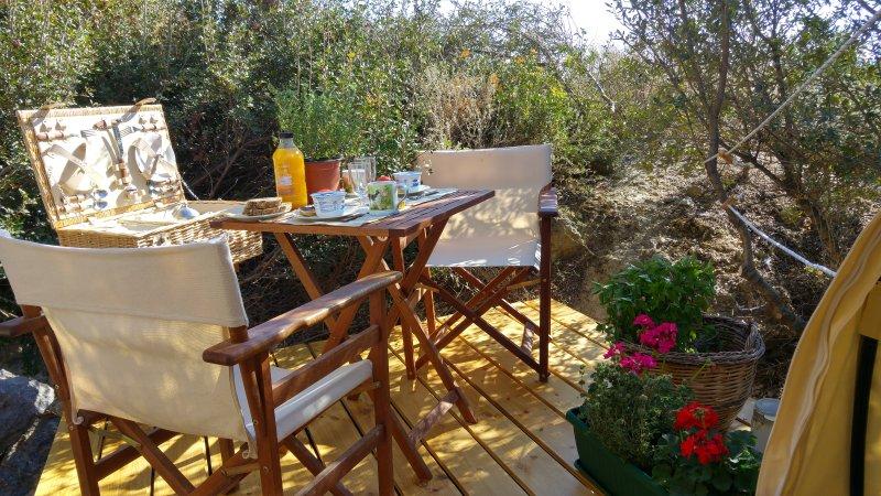 ontbijten op het terras