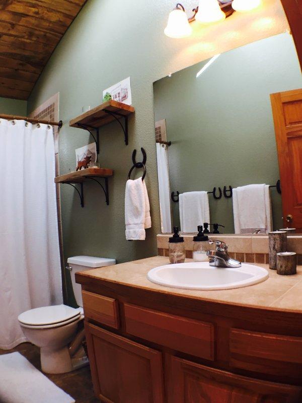 Casa de banho completa no andar de cima e em baixo.