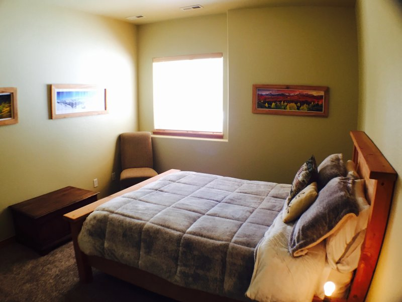 Terceiro quarto andar de baixo. cama de casal com um colchão de espuma de memória e luxuoso Consolador.