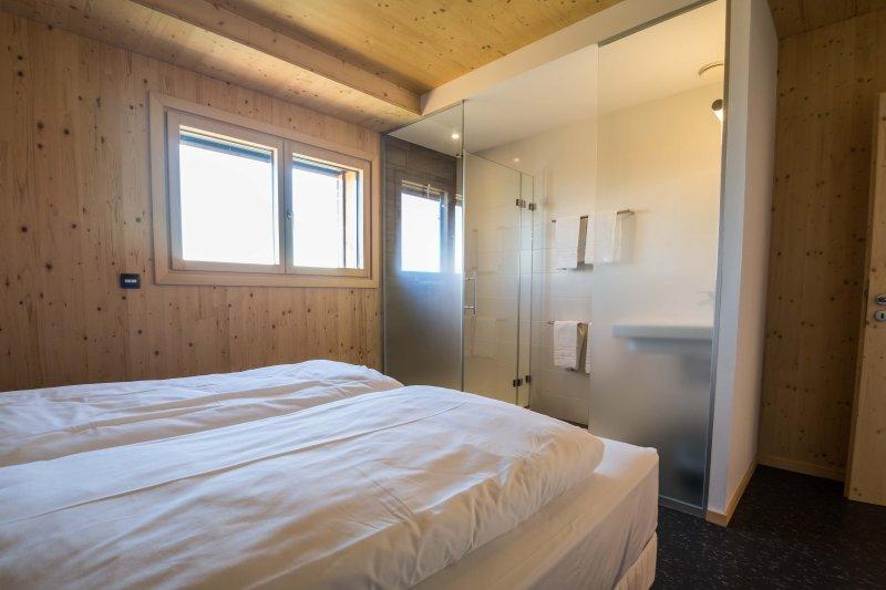 5 bedroom, private shower 90x90cm bathroom