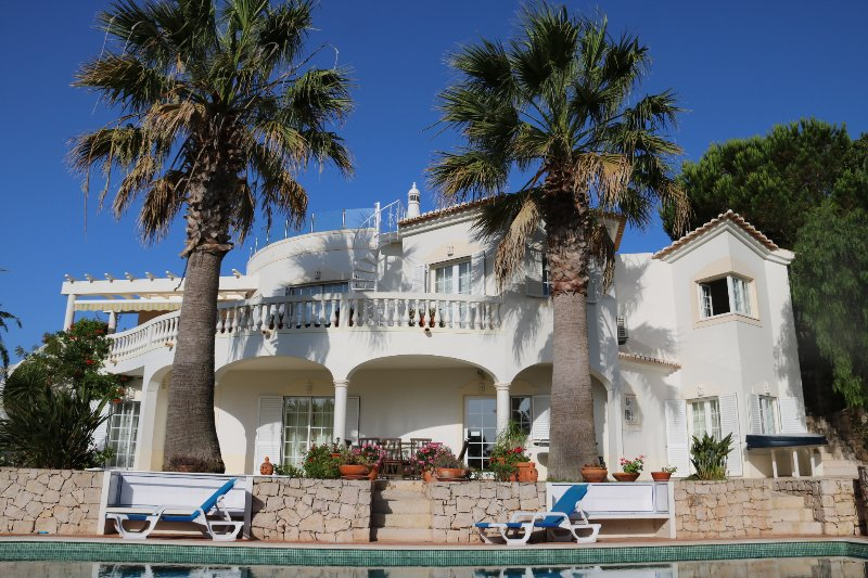 4 bedroom luxury villa, with air con in all bedrooms. Prices inc heated pool*., holiday rental in Budens