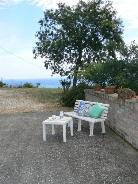splendido casolare del 600 ristrutturato in zona panoramica, holiday rental in Stella di Monsampolo