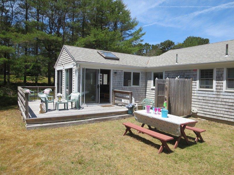 Willkommen im Beach Rose Cottage! Ein Blick auf die Rückseite des Hauses mit Deck aus Sonne Zimmer und gute Größe Garten - 13 Marlin Road South Harwich Cape Cod New England Ferienwohnungen