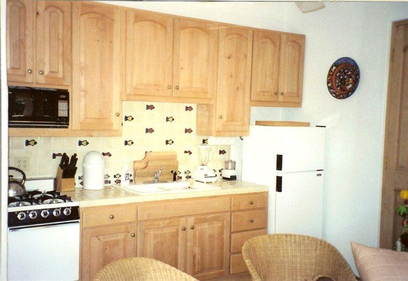 Cocina completa con horno de microondas, consulte, gama completa, todos los electrodomésticos de la encimera.