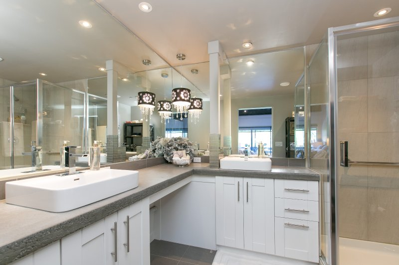 maître en suite avec double évier, beaucoup de miroir et d'espace de comptoir. marcher en grande douche- tout nouveau