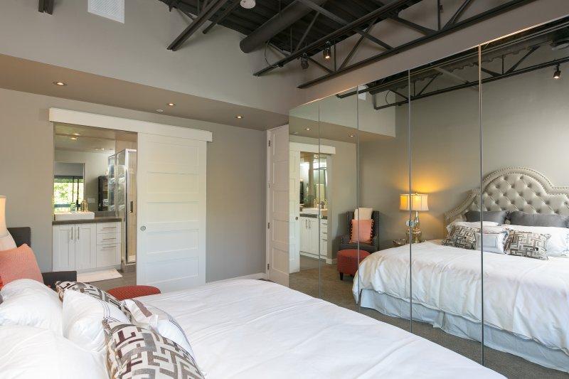 vue de la chambre principale dans le mur à mur placards. vue maître salle de bains