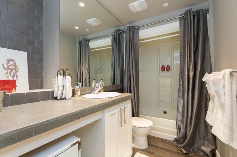 2e ch salle de bains avec douche et baignoire. produits de bain bio