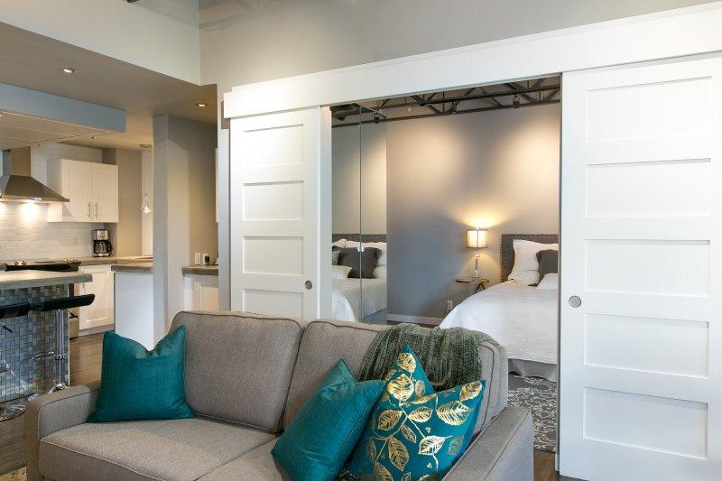 2ème chambre avec portes de grange donnant dans la zone de vie.