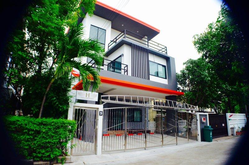 4 BR Modern HOME / BTS / FREE WiFi / Local Environment, vacation rental in Samut Prakan