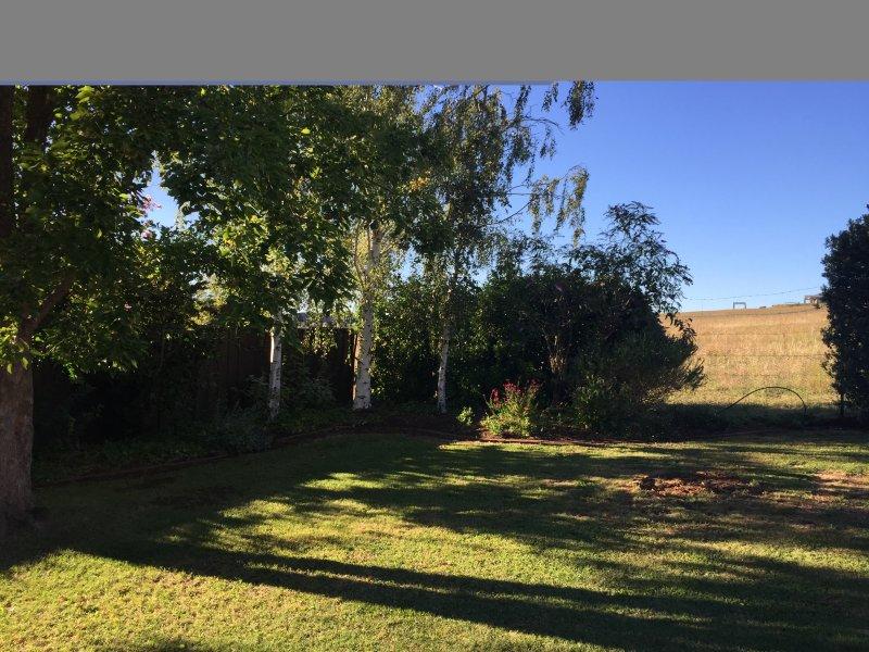 Toller Ort zum Entspannen unter der Pergola sitzen auf den Garten mit Blick auf