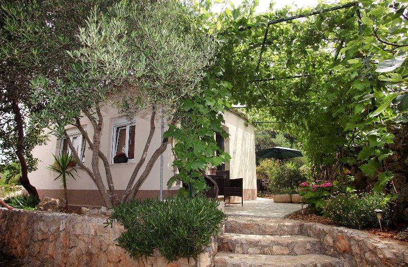 HOLIDAY HOUSE, holiday rental in Drvenik Mali