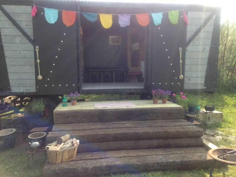 Beautiful family friendly railway carriage nr sea, vacation rental in Charmouth