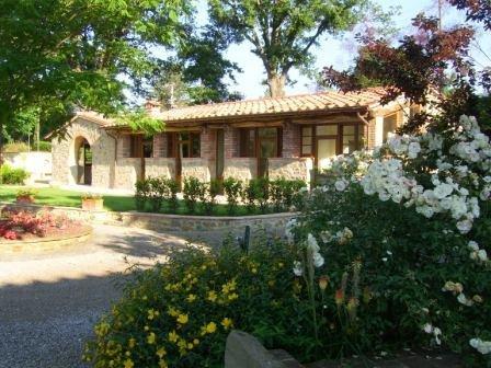 2 Bedroom Quiet & Elegant Villa 10min from Cortona - sleep 4 + 1, vacation rental in Piazzano