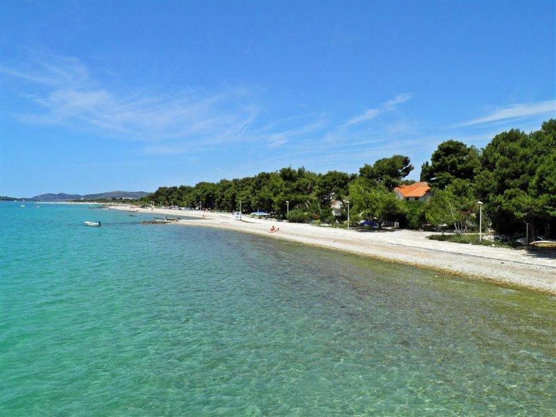 JADRIJA, COOL AP 4+1, AC, BEACH 50m, vacation rental in Jadrija