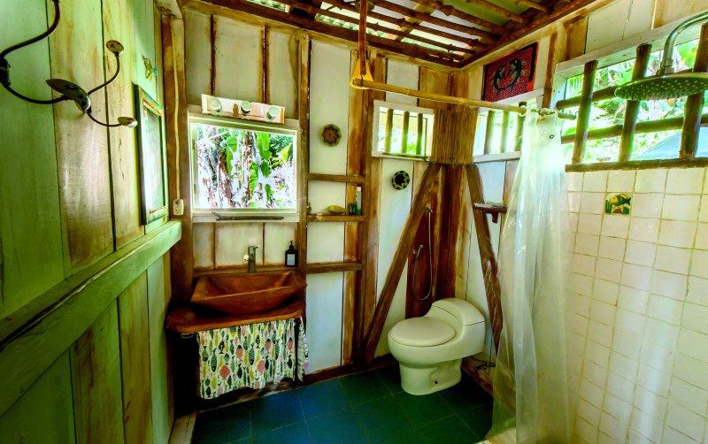 salle de bains moderne et grande douche