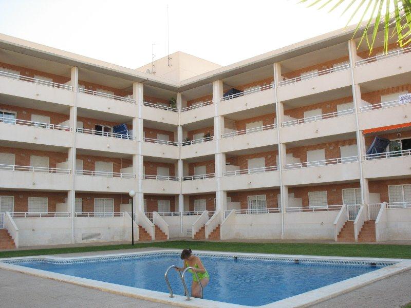 Zona común, jardín y piscina.