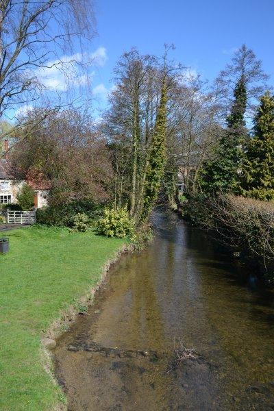 Passe o rio quando entrar em Pickering.