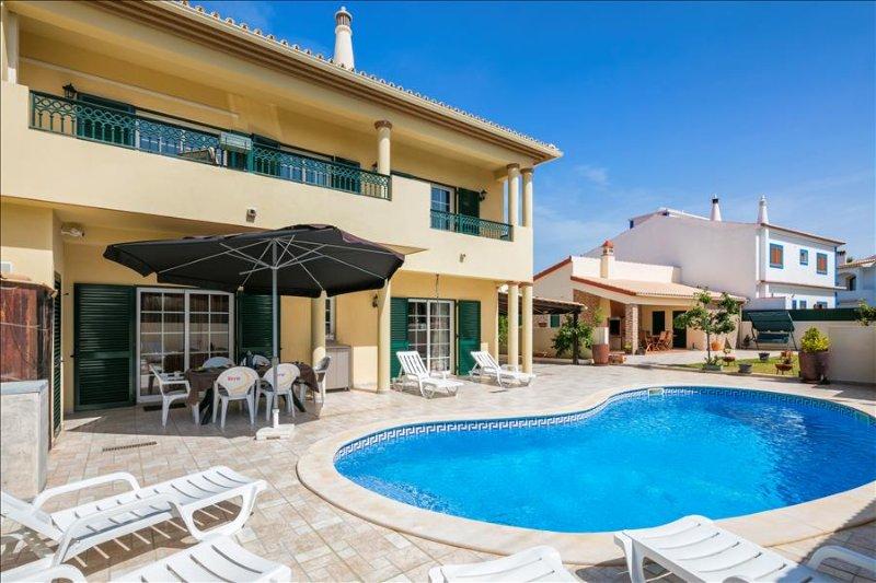Villa Sandra -  4 bedroom villa  with pool, walk to restaurants and supermarket, aluguéis de temporada em Lagoa