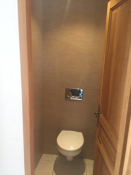 Toilettes Séparés. Separated Toilets.