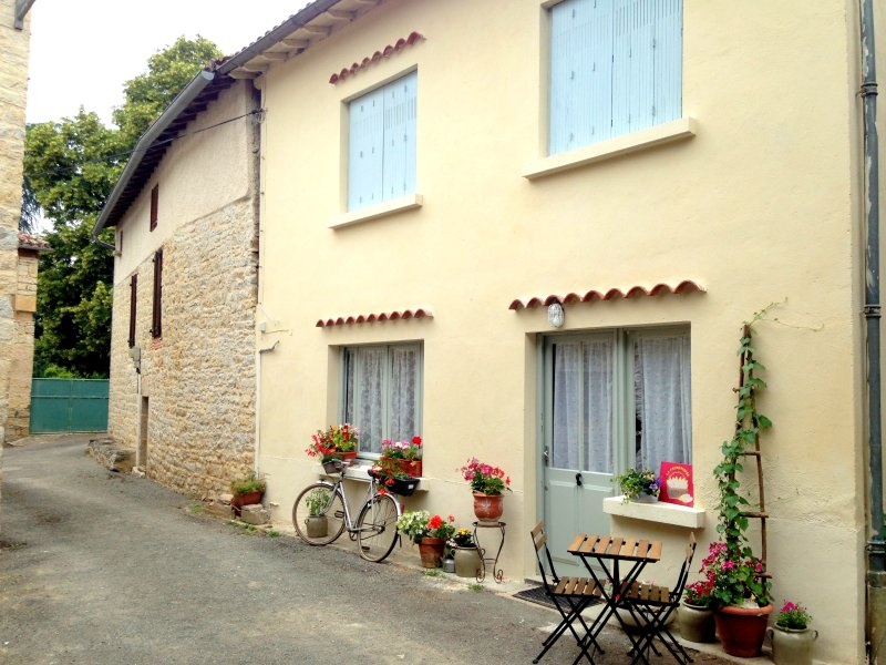Quaint cottage on a peaceful street in Féneyrols, France