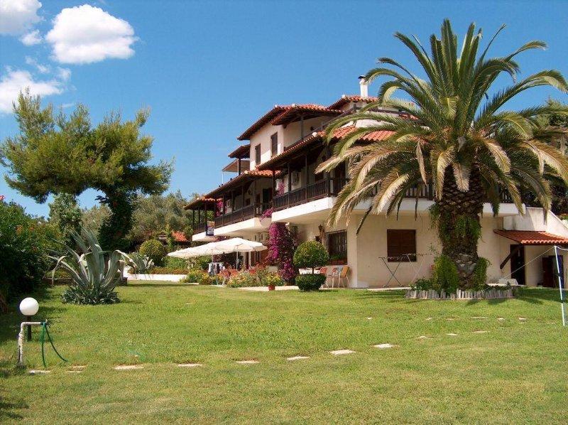 Villa Oasis apartment with patio in the garden., casa vacanza a Nea Potidea