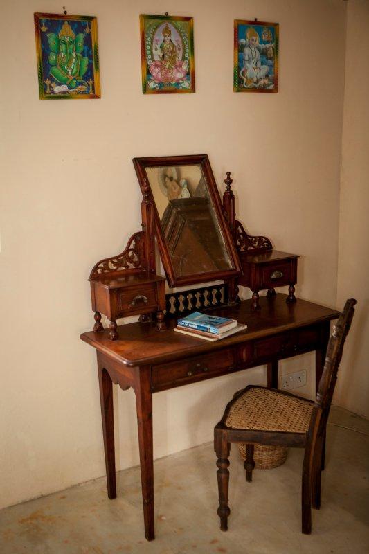 Scrivendo tavolo all'interno della camera del cortile