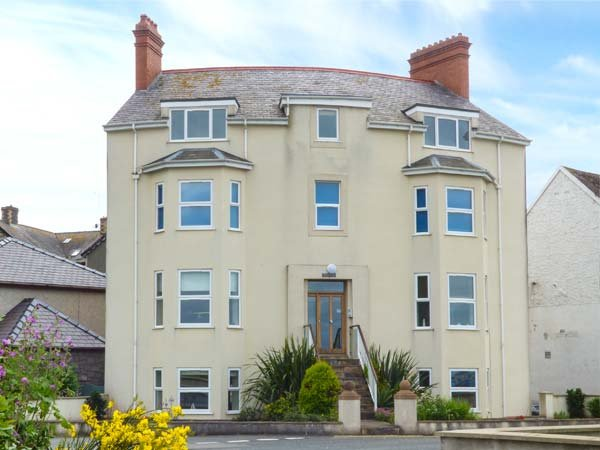 GWYLANEDD TWO, duplex apartment, king-size double, WiFi, sea views, in, vacation rental in Llanfairfechan
