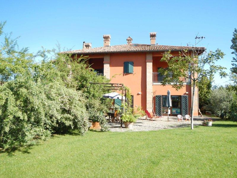 CASALE CON GIARDINO, PARCHEGGIO: 10 MIN DAL CENTRO, holiday rental in Anzola dell'Emilia