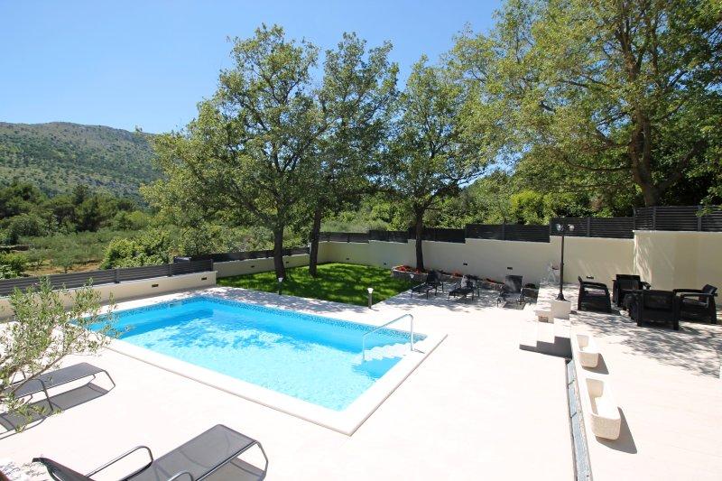 espacio al aire libre y la zona de la piscina en un entorno muy natural y sombra natural