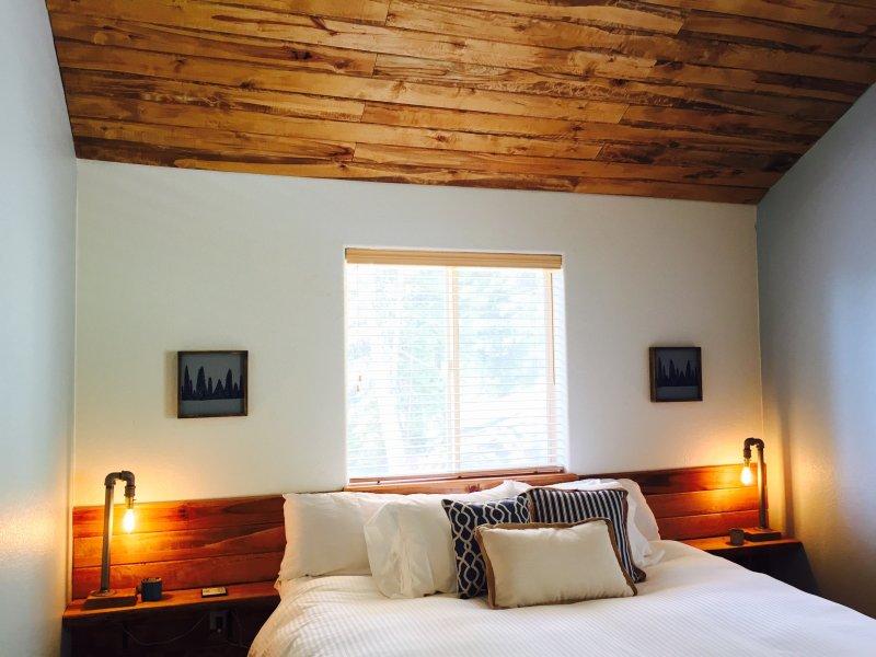 Quarto principal com um travesseiro cama king-size plataforma superior com edredão de luxo e roupas de cama.