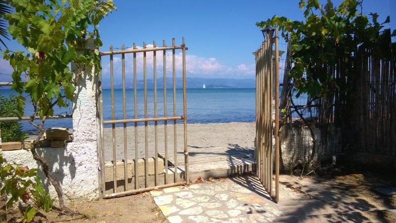 2 Studios - 2 beds in front of the beach in Corfu, alquiler de vacaciones en Kavos
