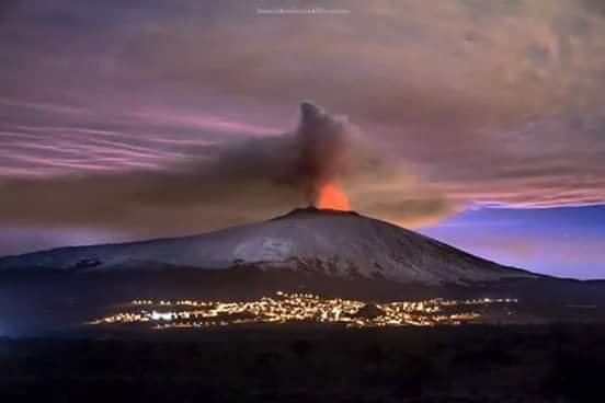 The night show of Etna.