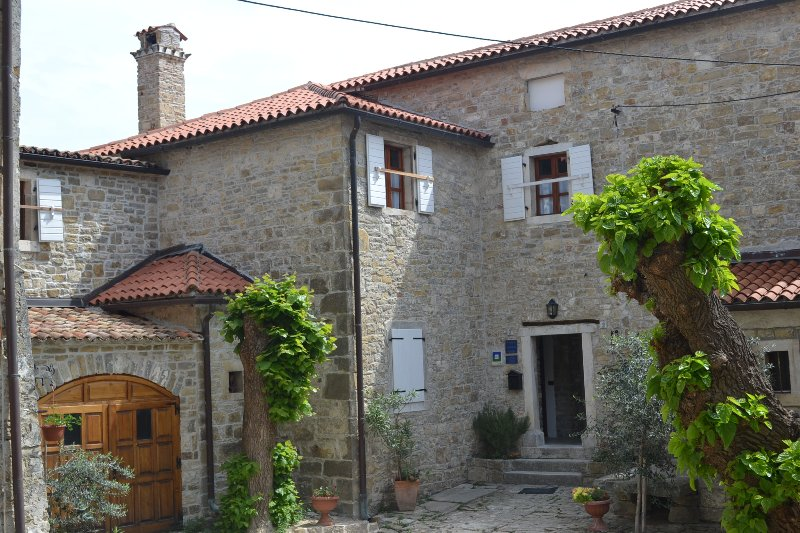 Apartment in a small medieval town, holiday rental in Vizintini Vrhi