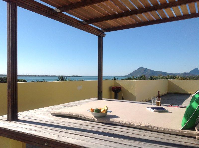 Romantique vue sur l'océan et les montagnes de notre terrasse commune sur le toit
