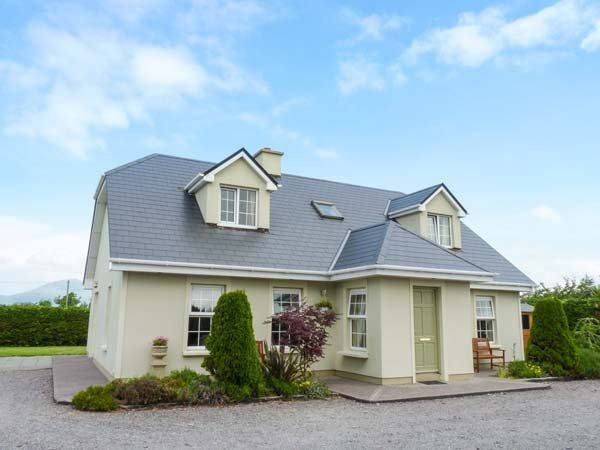 REEKS COTTAGE en-suites, detached, open fire, close to beaches, in Killorglin, vacation rental in Glencar