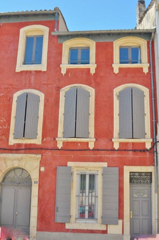 Em um antigo edifício agradável de 3 níveis, recentemente restaurado, no centro de Tarascon