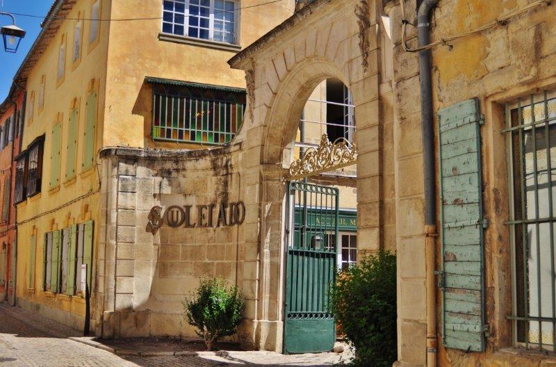 Lo studio si trova proprio accanto alla Souleiado, famosa boutique di abbigliamento e tessuti provenzali