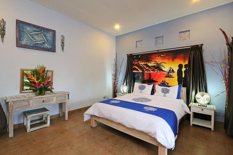 300 M WALK TO LEGIAN BEACH - Discount Budget Balinese Style Private Pool Villa, aluguéis de temporada em Legian