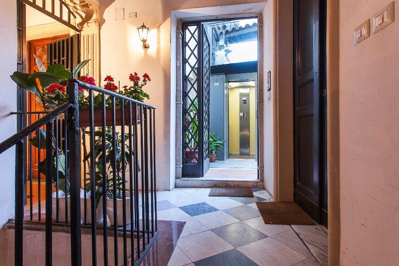 vista de la entrada externa con ascensor