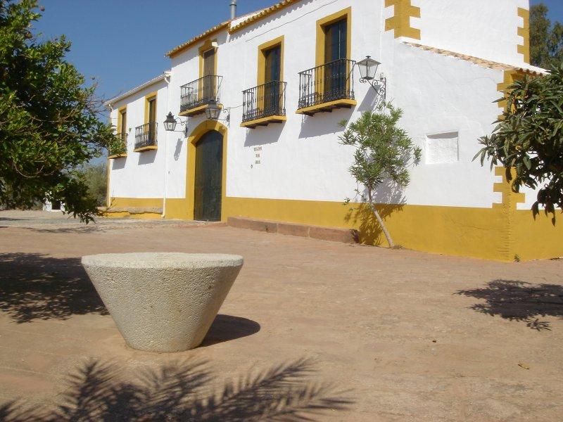 Fachada principal del Cortijo donde se haya ubicada la Casa Rural 'El Mirador'
